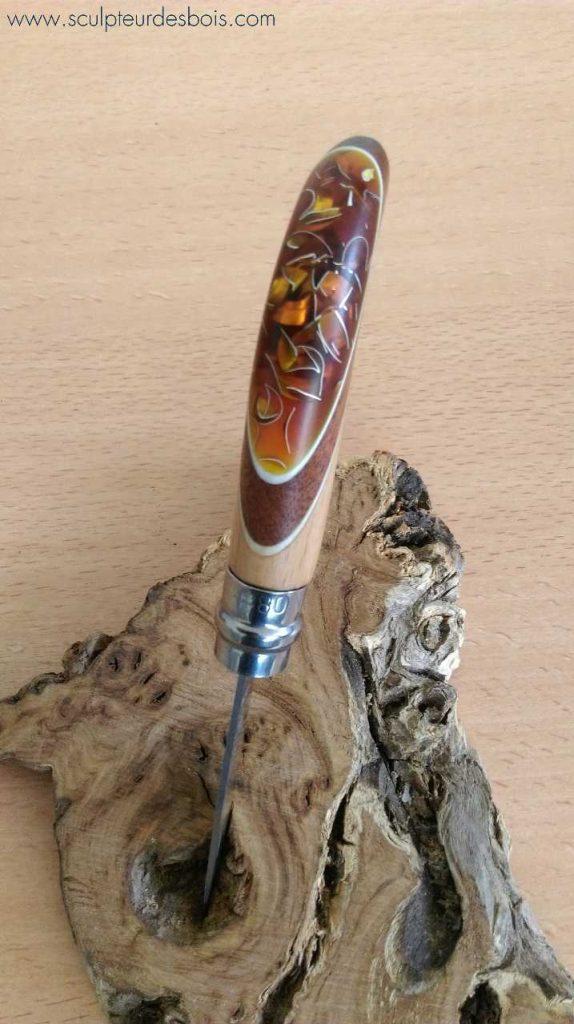 Opinel n°8 manche en acajou et inclusion de copeaux d'aluminium dans une résine translucide ambrée